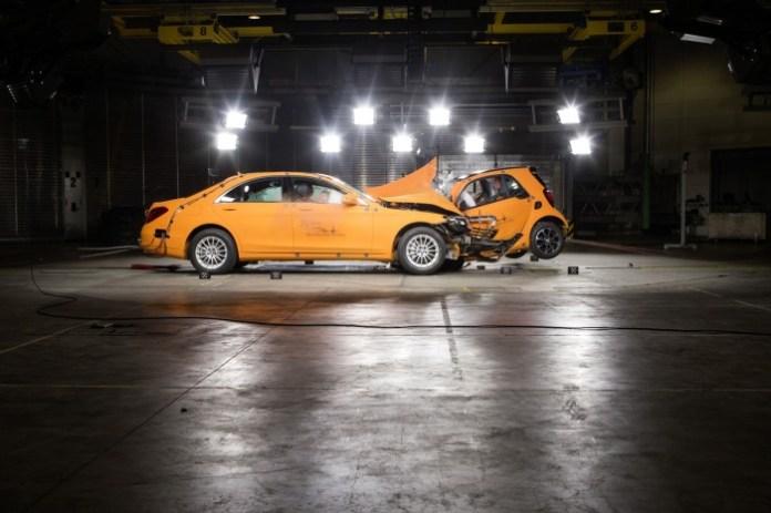 Crashtest car to car. smart fortwo gegen S-KlasseCar to car crash. smart fortwo vs. S-Class